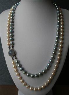 Catawiki, pagina di aste on line  Esclusiva collana con circa 118 perle.  Perle Akoya d'acqua salata del Mar del Giappone, due colori  Chiusura in oro bianco con grande pietra di luna ed entourage di diamanti rosa