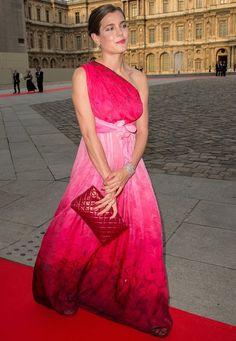 """Fashion-Looks: Charlotte Casiraghi gilt nicht umsonst als Europas schönste Adlige: In einem atemberaubenden Abendkleid von Giambattista Valli besucht sie eine Charity Gala im Pariser Louvre. Da stellt sich sofort der """"Haben wollen""""-Neid ein."""