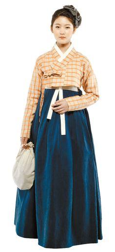 소재를 실용적으로 바꾸면, 격식을 차린 전통 한복이라 해도 한결 더 편하게 입을 수 있다. 이노주단의 체크무늬 저고리는 리넨, 치마는 면실크 소재를 써 물세탁이 가능하게 했다. 치마와 저고리 사이에 말기가 살짝 보이는 것도 포인트. 상체를 날씬하게 보이는 역할을 한다. 속치마도 꼭 챙겨 입는다. 치마의 둥근 실루엣을 살려줘 제대로 드레스 업 했다는 느낌을 전해주기 때문이다. 한복 이노주단, 머리장식과 손가방은 차이