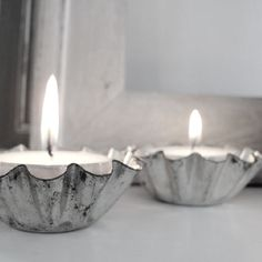 Tea lights in vintage tart pans White Christmas, Christmas Time, Xmas, Simple Christmas, Home Candles, Candle Lanterns, Diy Candles, Paris Chic, Decoration Table