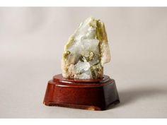 Conocida también como verdelita, es la variedad de elbaíta que abarca todos los matices del verde. Son responsables por su color trazas de vanadio, cromo o hierro. El término TURMALINA, que se empezó a utilizar a principios del siglo XVIII para designar el zircón y otras gemas provenientes de Ceilán (hoy Sri Lanka), deriva del vocablo cingalés turmali (piedra que atrae las cenizas). El efecto piezoeléctrico de las turmalinas se utiliza en la fabricación de manómetros de alta presión.