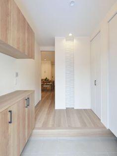 玄関ドアをあけて正面の壁にエコカラットタイルを施しました。協調するダウンライト照明を忘れずに。#玄関 #エコカラット #設計 #自由設計 #注文住宅 #デザイン住宅 #工務店 #タチ基ホーム #名古屋 #愛知
