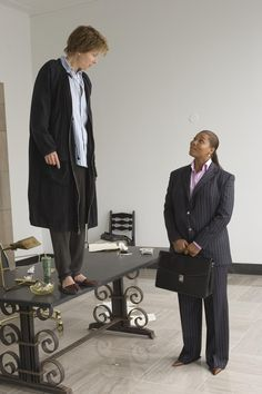Still of Emma Thompson and Queen Latifah in Stranger Than Fiction (2006) http://www.movpins.com/dHQwNDIwMjIz/stranger-than-fiction-(2006)/still-3532623104