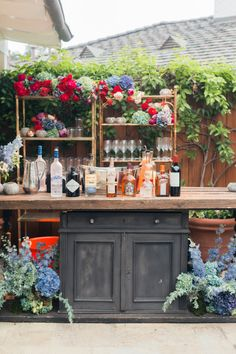 A wedding cocktail bar was a hot trend a couple of years ago and now it's almost classics, we see many bars at large weddings. There's a cocktail hour at many weddings, too, so a bar space is a must. Mod Wedding, Wedding Reception, San Ysidro Ranch, Cocktails Bar, Drinks, Bar Set Up, Summer Wedding Colors, Festa Party, Wedding Background