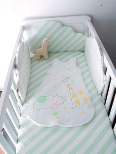 Protege y envuelve al bebé con suavidad y bienestar con este protector de cuna formado por cojines en forma de nube, para disponer como te apetezca...