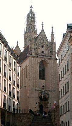 https://flic.kr/p/M1Vh7r | Vienne, Autriche: Maria am Gestade Kirche et son clocher haut de 56m, 1419-28, Michael Knab puis Peter Prachatitz. | L'église Notre-Dame-du-Rivage (Maria am Gestade) est, avec la cathédrale Saint-Étienne, le plus bel édifice gothique de Vienne et son plus ancien sanctuaire marial. C'est également un lieu de pèlerinage puisque les restes de saint Clément-Marie Hofbauer, le patron de la ville de Vienne, y sont conservés.  La tradition fait remonter les origines du…
