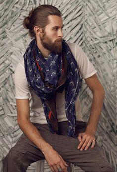 Él te prestará su bufanda cuando tengas frío: | 29 Hombres que son la prueba definitiva de que barba + moñito en el pelo = amor