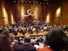 Barbican Hall, a sala de concertos do Centro de Arte Barbican, localizado em  Londres, Inglaterra, Reino Unido. Apresentação da Orquestra Sinfônica de Londres e do Coro Sinfônico de Londres, sob a regência do maestro Sir Colin Davis, em um Concerto de Gala por seu 80º aniversário.  Fotografia: RichTea.