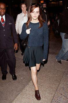 Um Derby super clássico foi parceiro de vôo da Emma Watson. A proporção entre a blusa cropped e a saia skater é perfeita. E o contraste da roupa bem feminina com o sapato mais masculino dá um ar descolado.