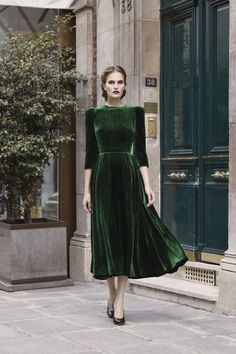 I love green velvet and the style is classic Fashion - haute couture - style - art - couture - dress - mode / / sac / bag / purse - Pretty Outfits, Pretty Dresses, Beautiful Outfits, Amazing Dresses, Look Retro, Look Vintage, Modern Vintage Fashion, Vintage Witch, Dress Vintage