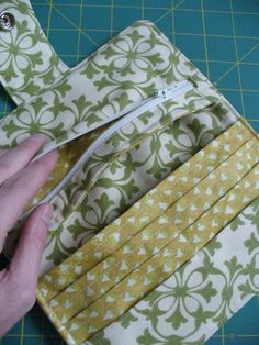 cute sewing project :: sew it DIY. :: sew it Wallet Tutorialmake a wallet, tutorial from BurdaView details for the project Organizer Wallet on BurdaStyle. Glad to have found the tutorial ag Sewing Hacks, Sewing Tutorials, Sewing Crafts, Sewing Projects, Purse Patterns, Sewing Patterns, Sew Wallet, Billfold Wallet, Costura Diy