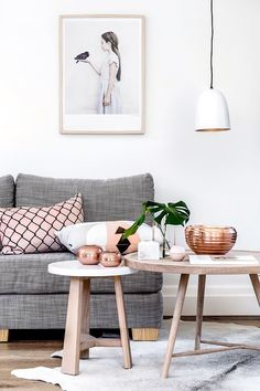 Our Sunday interior inspiration: copper and green touches, wooden and grey furnitures for a minimalist living room!