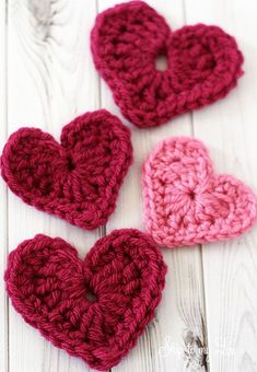 It is easy to embellish a coffee cozy, t-shirt, crochet scarf, or baby onesie with a crochet heart applique. The possibilities are endless.These hearts work together quickly to also make a darling crochet heart garland. Crochet Diy, Love Crochet, Crochet Motif, Crochet Crafts, Crochet Flowers, Crochet Stitches, Crochet Hooks, Crochet Projects, Crochet Patterns