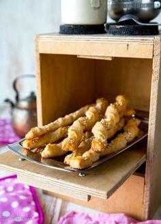 Tytär halusi leipoa jotain pientä suolaista ja löysi netistä juustotikkujen idean. Resepti muovautui useamman kokeilun jälkeen tällaiseksi. 30 kappaletta Taikina: 3 dl vehnäjauhoja 1 dl ruisjauhoja 1 Salty Foods, Salty Snacks, A Food, Good Food, Food And Drink, Finnish Recipes, Bread Baking, No Bake Cake, Finger Foods