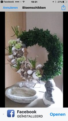 Pasen Wreath Crafts, Diy Wreath, Valentine Decorations, Christmas Decorations, Shell Ornaments, Fabric Wreath, Easter Flowers, Unusual Flowers, Seashell Crafts