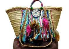 capazo-flecos-y-plumas-mokka-ibiza. Diy Straw, Straw Bag, Hippie Chic, Boho Chic, Boot Bling, Ibiza Fashion, Art Bag, Creation Couture, Boho Bags