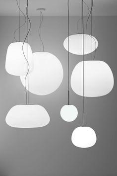 'Lumi' sono una serie di vetri soffiati bianchi satinati dalle forme morbide, a partire dalla sempre attuale sfera a forme più originali, create dai designer Saggia & Sommella per Fabbian Illuminazione