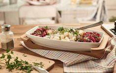 Sałatka śledziowa z ziemniakami, cebulą i drobno pokrojoną gruszką, z dodatkiem majonezu wymieszanego ze śmietaną, przełamana smakiem buraczków w połączeniu z gruszką, cebulą i żurawiną.