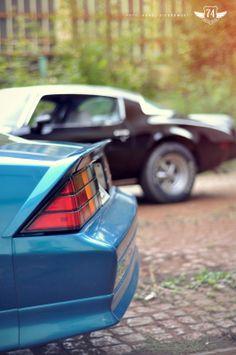 Pontiac Firebird '78 and Chevrolet Camaro RS '92 ass