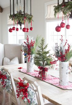 Red and White Christmas Tablescape with Fresh Greenery Noel Christmas, Rustic Christmas, Christmas Wreaths, Christmas Crafts, White Christmas, Elegant Christmas, Christmas Ideas, Modern Christmas, Simple Christmas