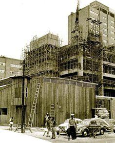 Construção de um dos prédios de Furnas na esquina da Rua Mena Barreto com a Real Grandeza - 1972.