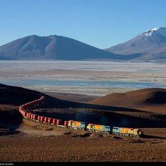 Tren cargando minerales en el Salar de Ascotán / Región de Antofagasta / Norte de Chile