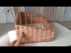 Как сплести укороченные углы | oblacco Newspaper Basket, Old Newspaper, Newspaper Crafts, Willow Weaving, Basket Weaving, Handmade Crafts, Diy And Crafts, Pine Needle Crafts, Papercrete