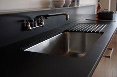 crédence et plan de travail en ardoise dans la cuisine moderne