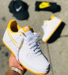 Schuhe, Nike Air, gelb, Nike, Aire Fore One - Chaussures Femme Women's Shoes, Me Too Shoes, Shoe Boots, Sock Shoes, Weird Shoes, Shoes Jordans, Man Shoes, Air Jordans, Sneakers Fashion