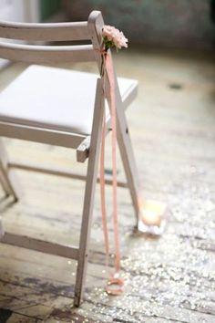 Een manier om je trouwdag persoonlijker te maken is door het toevoegen van kleine details bij het gangpad (als je over een gangpad loopt). Dit op de foto is een prachtig voorbeeld: een bloem met...