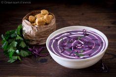 La vellutata di cavolo cappuccio viola è un cremoso primo piatto, perfetto per la stagione più fredda e pieno di vitamine!