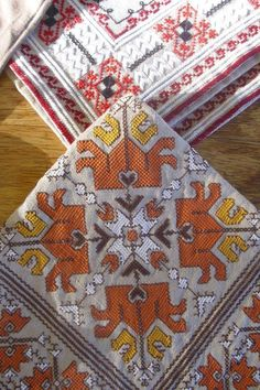 Folk Embroidery, Embroidery Patterns, Diy Projects To Try, Bohemian Rug, Cross Stitch, Rugs, Wallpaper, Crafts, Bulgaria