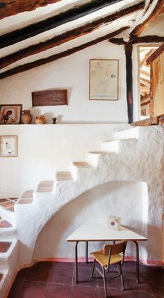 For the use of the staircase Steve Gran casa de pueblo en Segovia - Earthship Home, Mud House, Casas Containers, Adobe House, Earth Homes, Natural Building, Home Living, Interior And Exterior, Cob House Interior