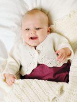 Vauvan klassikkosetti sisältää sekä valkoisia että värikkäitä neuleita. Tytön valkoisessa bolerotyyppisessä vauvannutussa ja mekossa on virkattuja yksityiskohtia. Vihreät housut ja raidallinen pusero sekä myssy sopivat pojille. Valkoinen peitto on kaunista pitsineuletta. Valkoinen body sopii sekä tytölle että pojalle.  Koko: (3) 6 kk (1) 2 (4) v.  Mitat:  Vartalonympärys: (48) 52 (56) 60 (64) cm  Pituus: (15) 17 (20) 22 (26) cm  Hihan pituus: (15) 18 (20) 23 (26) cm  Langan menekki: Sandnes…