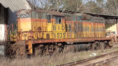 B&O 6525, an EMD GP9 in Chessie livery.... worn and abused.