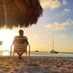 Quer ver sua foto aqui? Use #ArubaEssaIlhaPega  #regram @viajaquepassa Palm Beach - Aruba  Palm Beach é, provavelmente, a praia mais famosa e badalada de Aruba. É aqui que se concentra a maioria dos hotéis/resorts, restaurantes, bares, etc.. O mar também é super calmo, com temperatura morna e uma tonalidade incrível!  Dica: Não perca o incrível pôr do sol!  #ViajaQuePassa #OneHappyIsland #arubaessailhapega