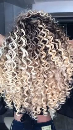 Brown Hair With Blonde Highlights, Blonde Wavy Hair, Colored Curly Hair, Curly Hair Tips, Long Curly Hair, Hair Highlights, Curly Hair Styles, Natural Hair Styles, Spiral Perm Long Hair