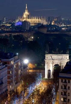 #Milan, #Italy - An awesome night view. Beautiful cathedral, La Scala opera house and great fashion! amazon.com/author/evethomson