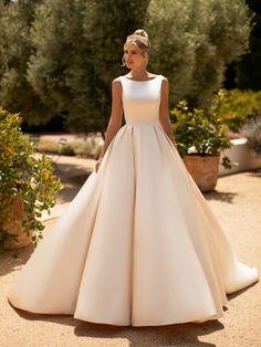 10 Gorgeous Ball Gown Wedding Dresses You'll Love - Bridal Musings Elegant Wedding Dress, Dream Wedding Dresses, Bridal Dresses, Gown Wedding, Elegant Ball Gowns, Bridal Wedding Shoes, Bridesmaid Dresses, Cake Wedding, Wedding Cards