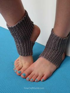 easy yoga socks knitting pattern - FineCraftGuild.com (knit flat! fabulous.) Use for yoga, pilates, ballet, etc. Great to show off a new pedicure, and can be worn with the right sandals as well....