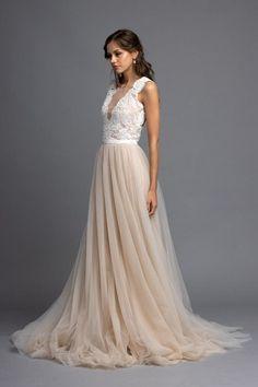 Unser Eden Brautkleid gehört ebenfalls zu den großen Favoriten unserer Bräute. Worin sein Geheimnis liegt? Ein wunderschönes Spitzenoberteil, mit kleinen Perlen verziert und dem dazu passenden nudefarbenen Rock aus feinstem Tüll mit reiner Seide unterlegt. Wir haben lange nach dem perfekten Ton gesucht, damit der Rock genau diesen Farbton bekommt, das Ergebnis ist einfach traumhaft. Diese Farbe steht einfach jedem, nicht zu rosa, nicht zu peachy und auch nicht zu beige - einfach perfekt! Prom Dresses, Formal Dresses, Marriage, Fashion, Pink, Silk, Neckline, Colors, Nice Asses