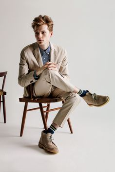 Ford New York model John Hein hits the studio with UNIQLO for an early look at its spring-summer 2015 offering. Men's Spring Summer Fashion, Winter Fashion Outfits, Spring Summer 2015, Summer Minimalist, Minimalist Shoes, Minimalist Fashion, Uniqlo Outfit, Khaki Suits, Masculine Style