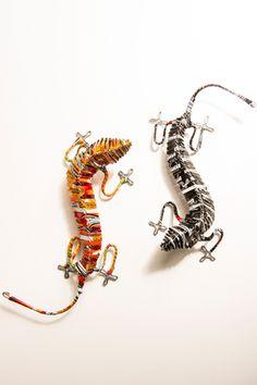 Au Cap, en Afrique du Sud, Bernard Ncube excelle dans l'art de transformer les matériaux usagés, il a ainsi recyclé des canettes en aluminium pour fabriquer ces amusants geckos.