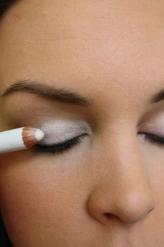 Para resaltar el color de la sombra de ojos primero coloca una base de sombra blanca por todo el párpado móvil!