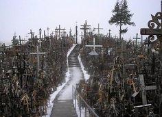 La Colina de las Cruces, también conocida como la Meca de Lituania se encuentra a unos 13 km de Šiauliai, en el norte del país.  Su origen se remonta al año 1236, cuando la ciudad es fundada para defender la zona de los asaltos de los caballeros Teutónicos, cosa que no conseguiría ya que éstos conquistarían la zona y la dominarían durante todo el siglo XIV. Con el paso de los años, el catolicismo Lituano comenzó a usar este lugar como emblema ante la opresión.