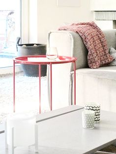 Roter Beistelltisch.... #beistelltisch #sidetable #coffetable #interior #einrichtung #einrichtungsideen #dekoraktion #decoration #wohnzimmer #livingroom #red #round #rot Foto: _frida_