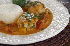 Marcelo (marido) ama peixe e essa versão é uma das preferidas. Eu poderia chamar essa receita de moqueca, mas como cada região tem suas peculiaridades, por exemplo, a moqueca capixaba é bem diferen…