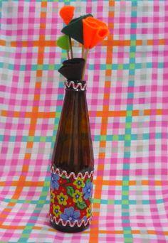 Garrafa decorativa com colagem de faixa de tecido chita. Opção para centro de mesa ou lembrança para seu evento. <br>Com cinco flores de feltro <br> <br>* Verifique valor para maior quantidade