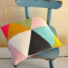 @ ingthings: Triangle pillow from Vanessa @ Crochet Love Crochet Cushion Cover, Crochet Pillow Pattern, Crochet Cushions, Knit Pillow, Tapestry Crochet, Easy Crochet Patterns, Crochet Diy, Manta Crochet, Crochet Home Decor