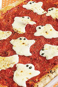 These delicious Halloween dinner ideas guarantee full tummies that won't be tempted to sneak candy during trick-or-treating. You could make a big Halloween Pizza, Halloween Snacks, Halloween Appetizers For Adults, Halloween Dinner, Easy Halloween, Halloween Candy, Halloween House, Halloween Potluck Ideas, Halloween Cocktails